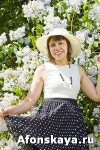 Woman in hat near lilac