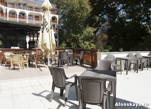 """Рейтинг отзывов на сайте booking.com 7,5 (высокий) Отель из двух частей: обычный отель """"Эстрея Палас"""" и аппартаменты в аренду """"Эстрея Резиденс. Красивое здание, в тихом месте, среди зелёного парка, со своей огороженной территорией, что редко в """"Святом Константине"""", территория очень приятная и красивая, в виде маленького парка, красиво сделанного, декоративные клумбы, растения. Два хороших открытых бассейна с обычной водой и закрытый бассейн внутри с тёплой термальной водой, довольно большой, плавательный. Внутренний бассейн отеля работает для посетителей по билетам круглогодично. Есть красивая вернада около столовой, где приятно перекусить на свежем воздухе. Внутри гостиницы красивые интерьеры с дорогой красивой мебелью в ретро стиле в холле, бар, около бара большой красивый зимний сад со столиками. Гостиница производит впечатление приличного, респектабельного дорогого отеля, каким и является, и всем бы была хороша, кроме одного: не на пляже. Расположена как бы между всеми пляжами, по середине, до каждого пляжа идти, но недалеко, не более 10 минут. Находится прямо по средине между всеми пляжами, так что до каждого одинаковое и небольшое расстояние. Ближайшие пляжи справа и слева в маленьких бухтах, большие пляжи пару минут дальше, слева пляж Солнечный день, справа пляж """"Гранд отеля Варна"""". В принципе недалеко, но и не прямо у моря. И соответственно, нет своих лежаков и зонтиков на пляже, какими располагают все гостиницы комплекса """"Гранд отель Варна"""" и отель """"Азалия"""". Но при бронировании на букинге на данный момент её стоимость и значительно ниже, так что даже с арендой платных лежаков и зонтиков дороже не выйдет. А при покупке тура в наших турагентствах надо смотреть, по какой стоимости у них эти отели. Есть тренажёрный зал, настольный теннис. Отзывы отдыхающих: + В целом хорошие отзывы, многие хотели бы приехать ещё. Хорошая еда, можно брать полупансион, вкусные десерты, фрукты, мороженое, выпечка. Тишина, покой, зелёная территория. Вежливый услужливый персонал. ? """