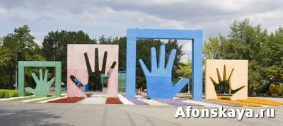 памятник семье ладони мосва