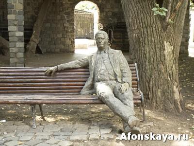 памятник человек на скамейке Москва