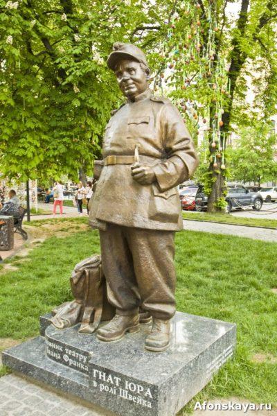 памятник актёру гнату юра в роли солдата швейка киев